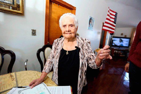 Nunca es tarde: Con 99 años abuela se convierte en ciudadana