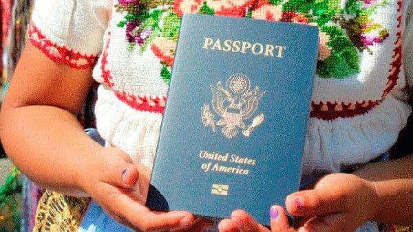 Semigrante-entrega-pasaportes-de-EU-a-ninos-indigenas-de-Cheranastico