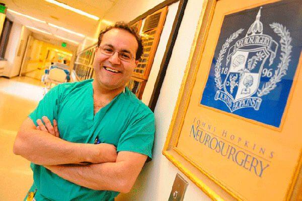 El neurocirujano que lucha contra el cáncer