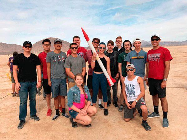 Latino-lidera-a-jovenes-en-la-NASA-que-se-preparan-para-lanzar-cohete-al-espacio