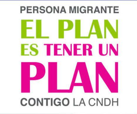 """La Comisión Nacional de los Derechos Humanos (CNDH) dio a conocer en el Senado la página de intenet """"Persona migrante, el plan es tener un plan"""" (http://migrantes.cndh.org.mx ), destinada a ayudar a todos nuestros compatriotas en Estados Unidos. La página cuenta con tres secciones: infórmate, oriéntate, defiéndete, destinados tanto a los mexicanos que pudieran ser deportados como a sus familiares en México, explicó Edgar Corzo, quinto visitador de la CNDH. En la sección de infórmate, por ejemplo, se les recuerda, mediante una infografía, que tienen derecho a guardar silencio y esperar a un abogado. En la de orientación se explica, entre otras cosas, cómo actuar en caso de redadas, y se ofrece una serie de organizaciones que pueden ayudar con asesoría legal. En defiéndete, la página despliega la red consular mexicana en Estados Unidos y otros servicios de la Cancillería."""