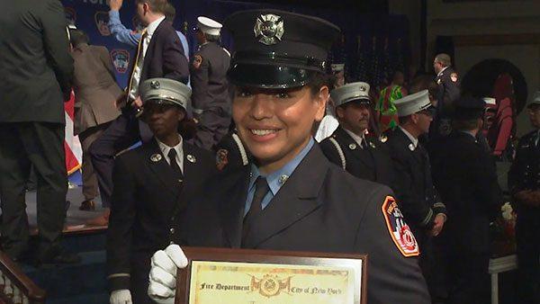 Carla Mendoza, la única hispana en la más reciente graduación de bomberos en Nueva York