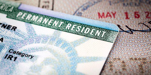 ¿Cómo ayudar a un familiar a conseguir su residencia permanente en EU?