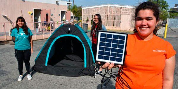 Estudiantes diseñan una tienda de campaña con energía solar para desamparados