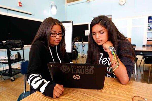 El brazalete deportivo y tecnológico creado por alumnas latinas de Los Ángeles