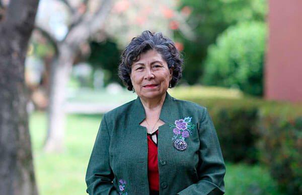 Peruana-orgullosamente-recibe-su-doctorado-a-la-edad-de-70-anos