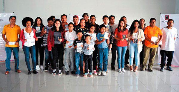 Entregan pasaportes de EU a niños y jóvenes hijos de migrantes