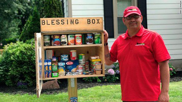 Hispano instala en su jardín caja para ofrecer comida a los necesitados