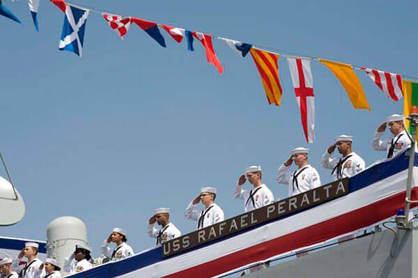 Honran a inmigrante hispano al dar su nombre a buque de guerra