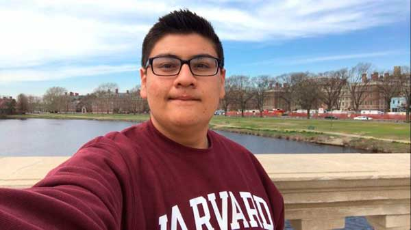 Joven hispano pasó de la indigencia y dormir en un auto a estudiar en Harvard