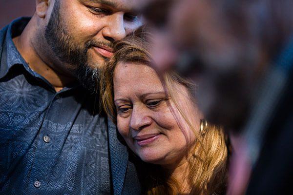Madre hispana refugiada en iglesia recibe permiso temporal para permanecer en el país
