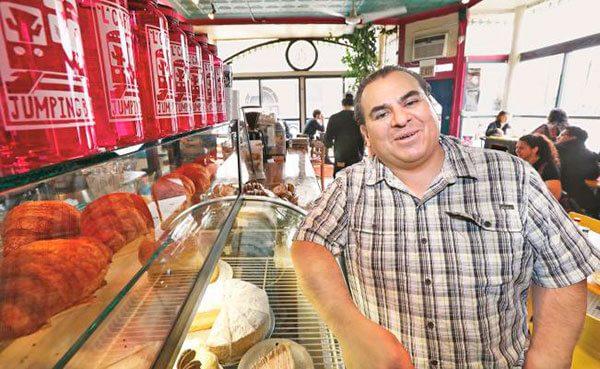 Mexicano-apoya-a-inmigrantes-indocumentados-desde-su-cafeteria