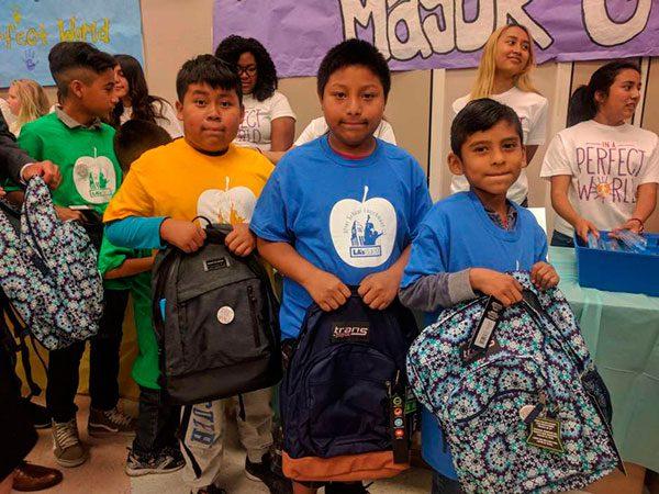 Niños angelinos de bajos recursos reciben útiles escolares