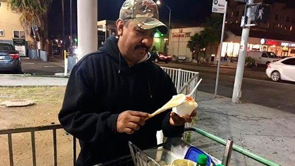 Un-mexicano-se-vuelve-el-vendedor-de-elotes-mas-famoso-de-Los-Angeles-gracias-a-Yelp
