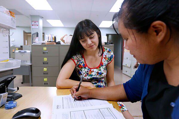 Hay dinero disponible para ayudar a los jóvenes DACA sin dinero a que renueven sus permisos