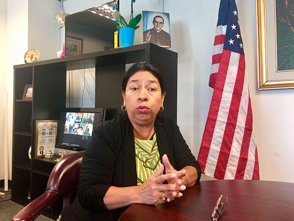Si-eres-salvadoreno-con-TPS-llama-a-tu-Consulado-para-ver-si-calificas-para-la-residencia