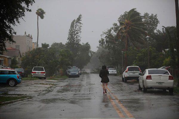 USCIS Avisa a Aquellos Afectados por el Huracán Irma Acerca de Servicios de Inmigración Disponibles