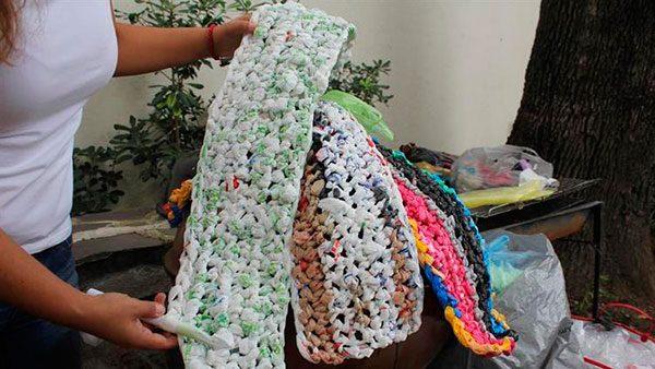 Tejen colchonetas con bolsas para ayudar a damnificados por sismos en México