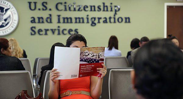 USCIS-facilita-a-hispanos-acceso-a-sus-servicios