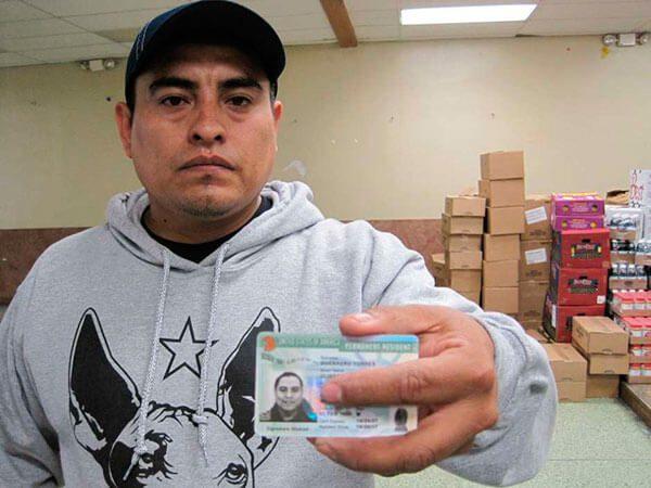Luchó casi 10 años contra la deportación; hoy tiene su 'green card'
