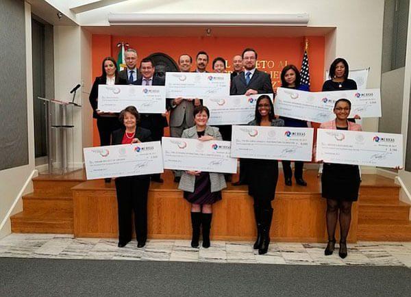 Más de 40 mil pesos entregó la embajada de México en becas a organizaciones locales