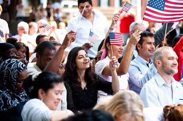 ¿Eres migrante y quieres permanecer en EE.UU de manera legal? Encuentra la ayuda que necesitas