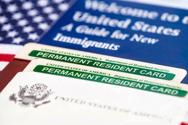 """Si vas a renovar tu """"green card"""", debes conocer la nueva política de USCIS"""