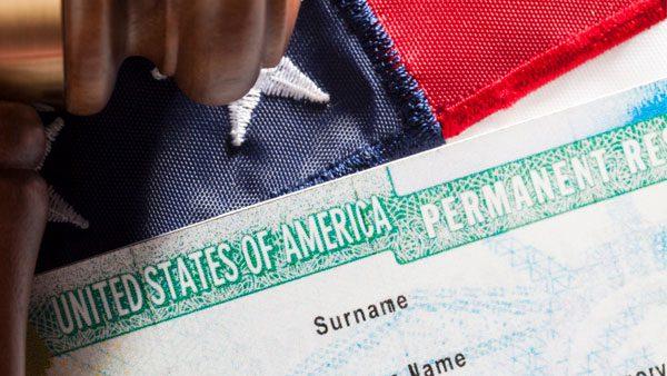 Nunca firmes este documento que te haría perder tu residencia legal