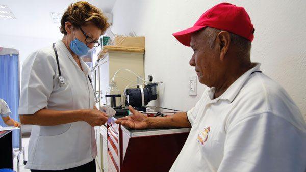 Próximamente California otorgaría cobertura de salud a migrantes mayores