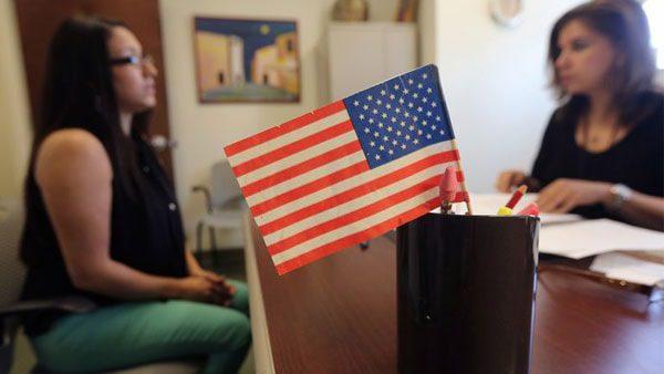 Si te naturalizaste estadounidense, ahora puedes ayudar a tus padres a lograrlo