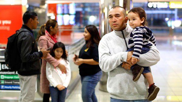 Teléfonos para localizar a los niños que fueron separados de sus padres y organizaciones que apoyan con servicios legales a bajo costo