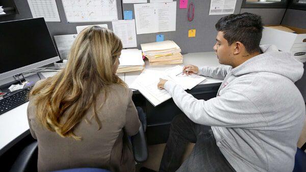 En Los Ángeles, para los inmigrantes detenidos o en proceso de deportación, CHIRLA ofrece servicios legales a bajo costo/sin costo
