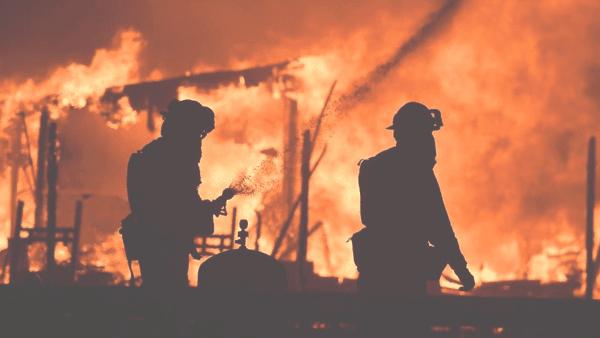 Latinos afectados por los incendios en California recibirán ayuda de USCIS