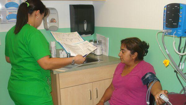Acude a las clínicas de bajo costo que se adaptan a tus ingresos