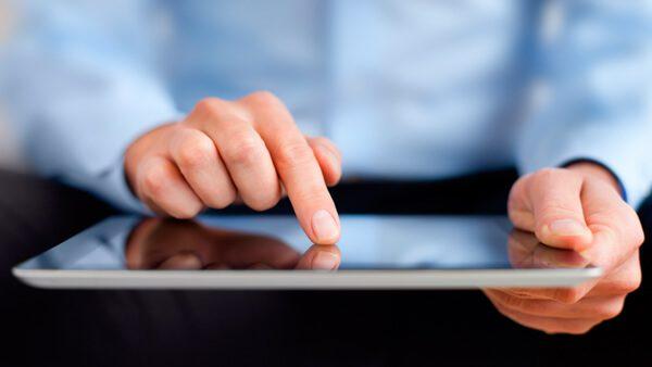 USCIS utiliza nueva tecnología para pruebas y firmas en el proceso de ciudadanía