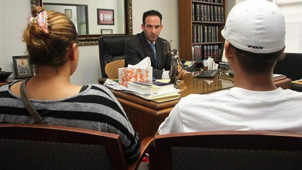 Hermano latino encuentra un abogado gratuito o de bajo costo cerca de ti