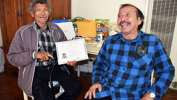 Latino logra la ciudadanía sin saber leer y escribir