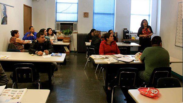 Acceso Latino te dice dónde puedes tomar clases de inglés, amigo migrante