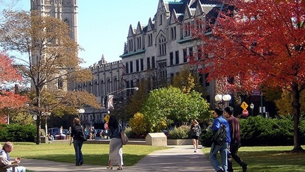 Universidad de Chicago extiende beca para estudiantes de preparatoria