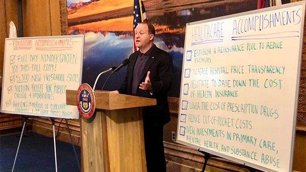 El Gobernador de Colorado firma leyes a favor de los inmigrantes