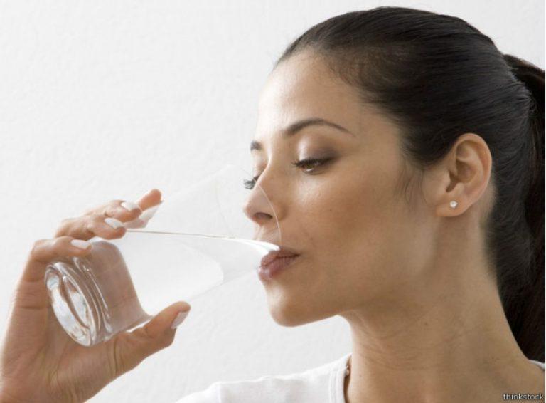 ¿Te has preguntado cuánta agua debes beber para ayudar a los riñones?