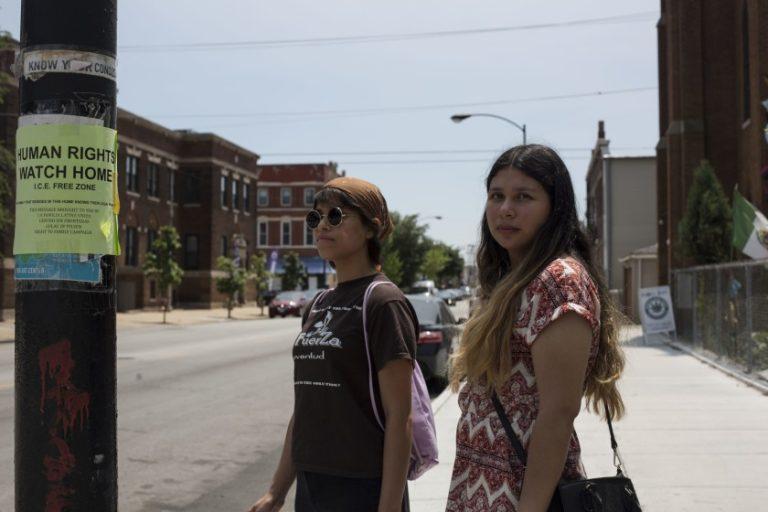 Dos jóvenes recorren barrios para decirle a los inmigrantes que hacer en una redada