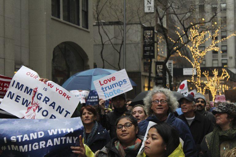 Nueva York sale a la defensa de los inmigrantes
