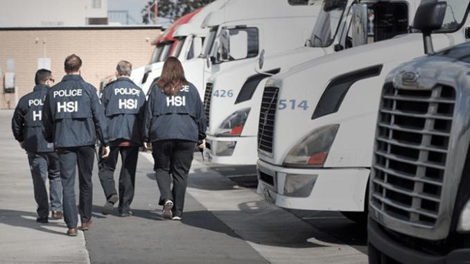 ICE detiene a 680 migrantes en fábrica de alimentos
