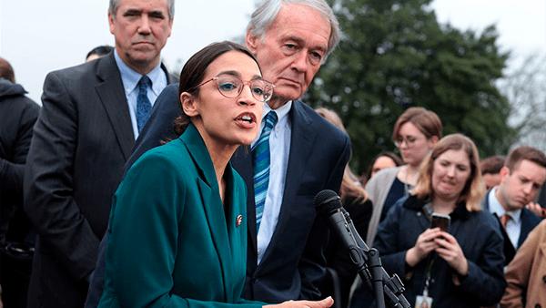 Político demócrata anuncia reforma que ayudaría a millones de inmigrantes