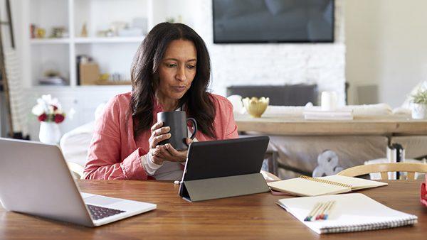 Cómo ejercitarte mientras estudias o trabajas en casa