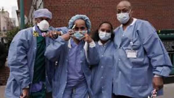"""Ley HEROES daría """"Green Card"""" inmediato a médicos inmigrantes"""