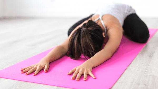 Evita lesiones de yoga durante la cuarentena