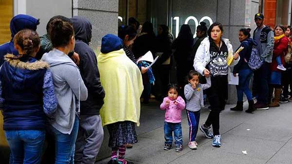 Juez rechaza medida de la Casa Blanca de negar residencia a inmigrantes