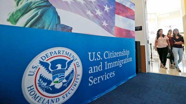 Activistas demandan a USCIS por alza en trámites de naturalización